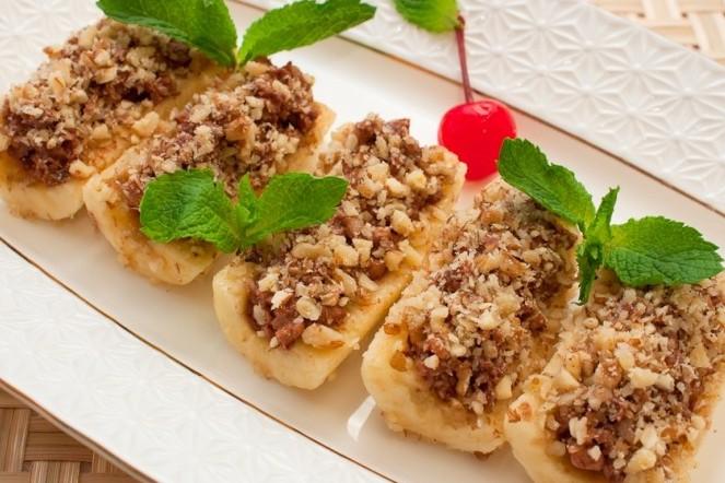 Бананы, фаршированные орехами в шоколаде