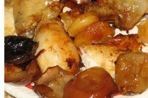 Chicken with dried fruit in vine