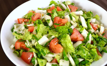 Диетический салат из овощей и курятины