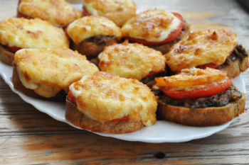 Горячие бутерброды с грибами и вареным мясом